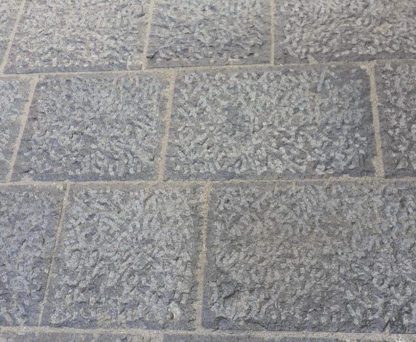 Pavimenti di pietra lavica scalpellati a mano spessore 8 cm 0,40 a correre
